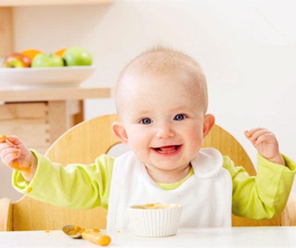 1、用婴幼儿专用的小脸盆盛好凉开水或温水,放入小方毛巾或清洁纱布。   2、洗眼:妈妈用左手将宝宝的头部掌握住,使他不要左右转动;右手拿起浸湿后的小方毛巾拧干,洗眼睛的方向要由内向外,由鼻外侧、眼内侧开始擦洗眼睛,因为泪管位于内眼角,这样可以避免污物进入泪管的机会。洗好一只眼后要更换一次干净的湿毛巾,用同样方法揩洗另一侧眼部。   3、洗耳:用湿毛巾擦洗宝宝的耳朵外部及耳后,然后用干毛巾揩干。清洁时注意不要让水滴入外耳道。更不要去掏耳垢,以防引起感染。   4、洗鼻:可以用消毒棉签沾一下温开水,将堵塞